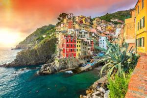 25 потрясающих городов и деревушек, примостившихся на скалах