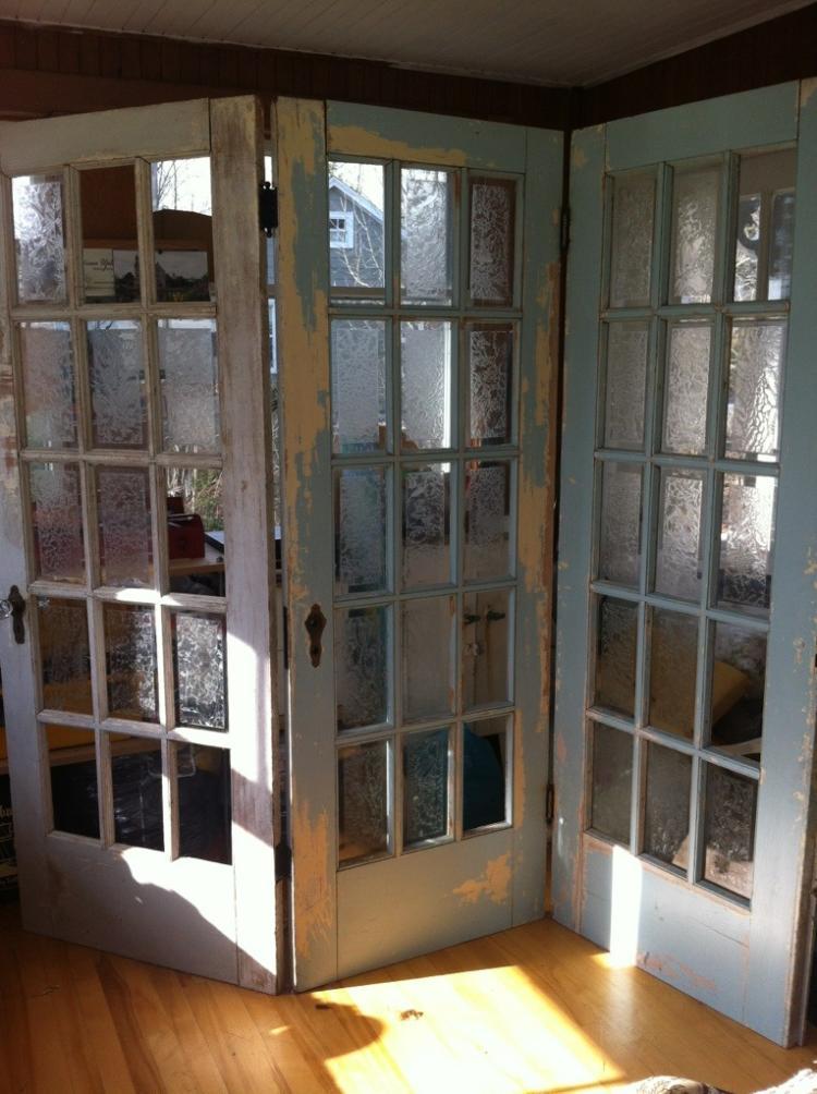 З кількох однакових старих дверей можна зробити ширму для перевдягання чи  зонування простору. 6b9966b56bcbe